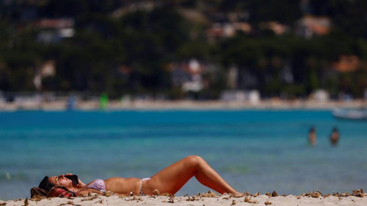 Una mujer disfruta del buen tiempo en Palermo después de que el Gobierno italiano levantase la mayoría de restricciones