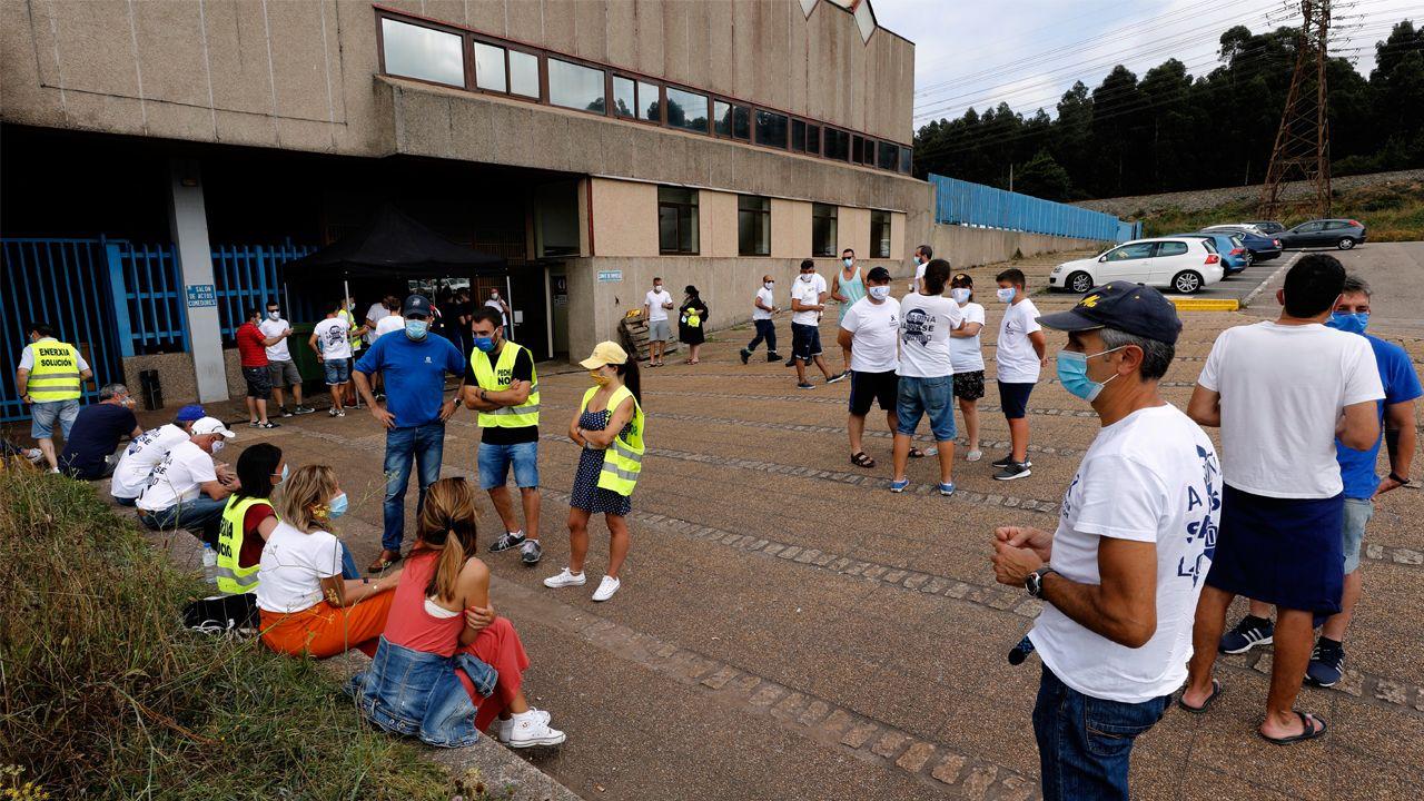 Trabajadores de Alcoa, acompañados de sus familiares, frente a la fábrica en la que realizan huelga indefinida