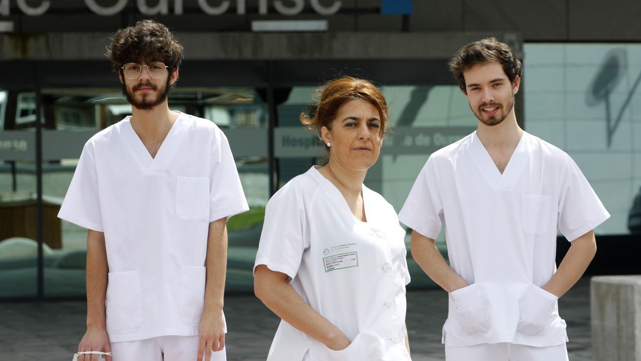 Adrián, Conchi y Jacobo, frente al edificio nuevo del CHUO