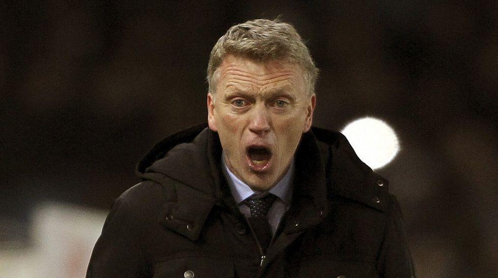 Los ultras del West Ham saltan al campo e intentan agredir a sus jugadores.Moyes llegó a la Real Sociedad en noviembre.