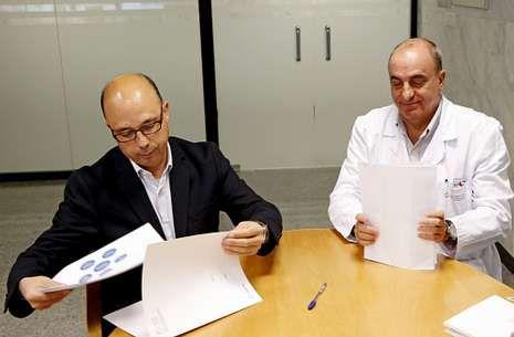 Candidatos.Fernández Nistal y José Ángel Porto, en el Hospital Clínico, donde se firmó el documento.