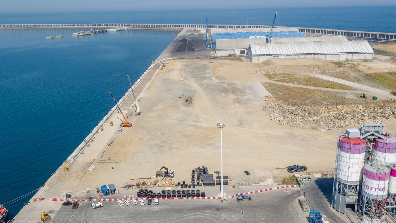 Instalaciones del puerto exterior de A Coruña en punta Langosteira
