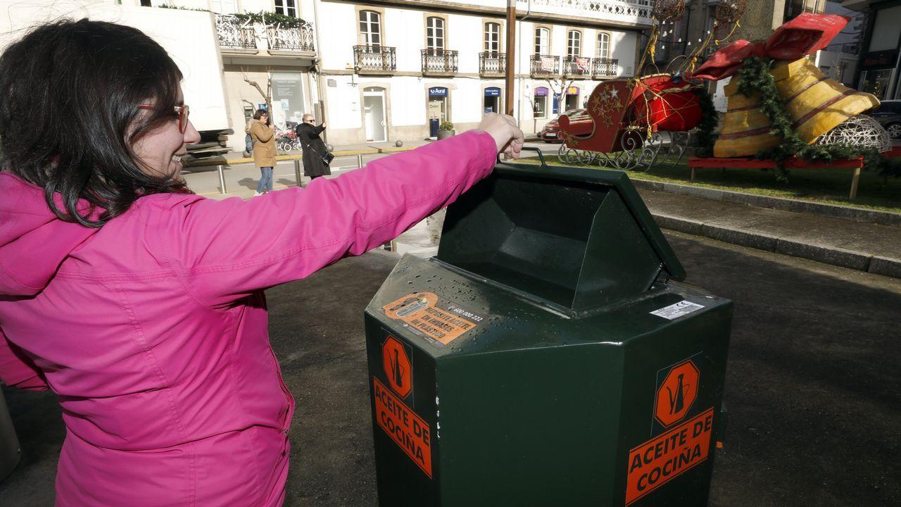 Calles del corazón comercial de Viveiro, con establecimientos cerrados y desiertas por la orden de confinamiento contra el coronavirus