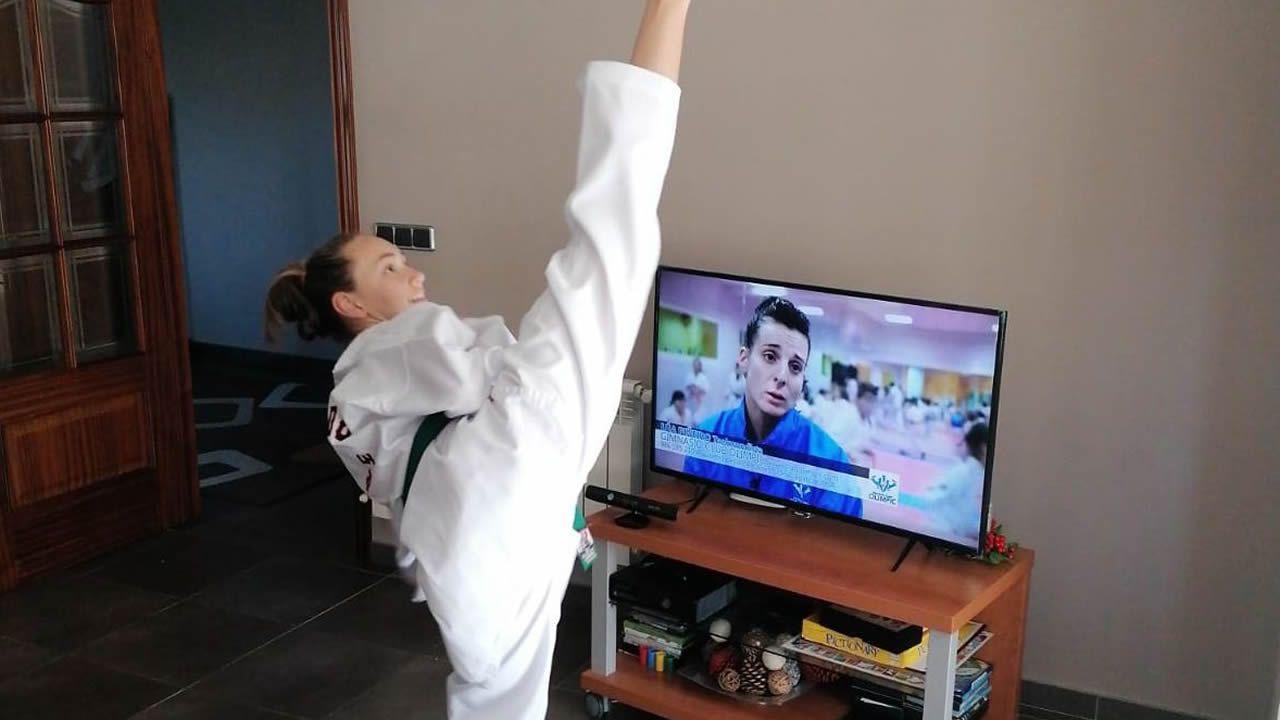 El vídeo de dos gijonesas que se ha vuelto viral.José Luis Vázquez con el móvil que utiliza para grabarse oficiando las misas