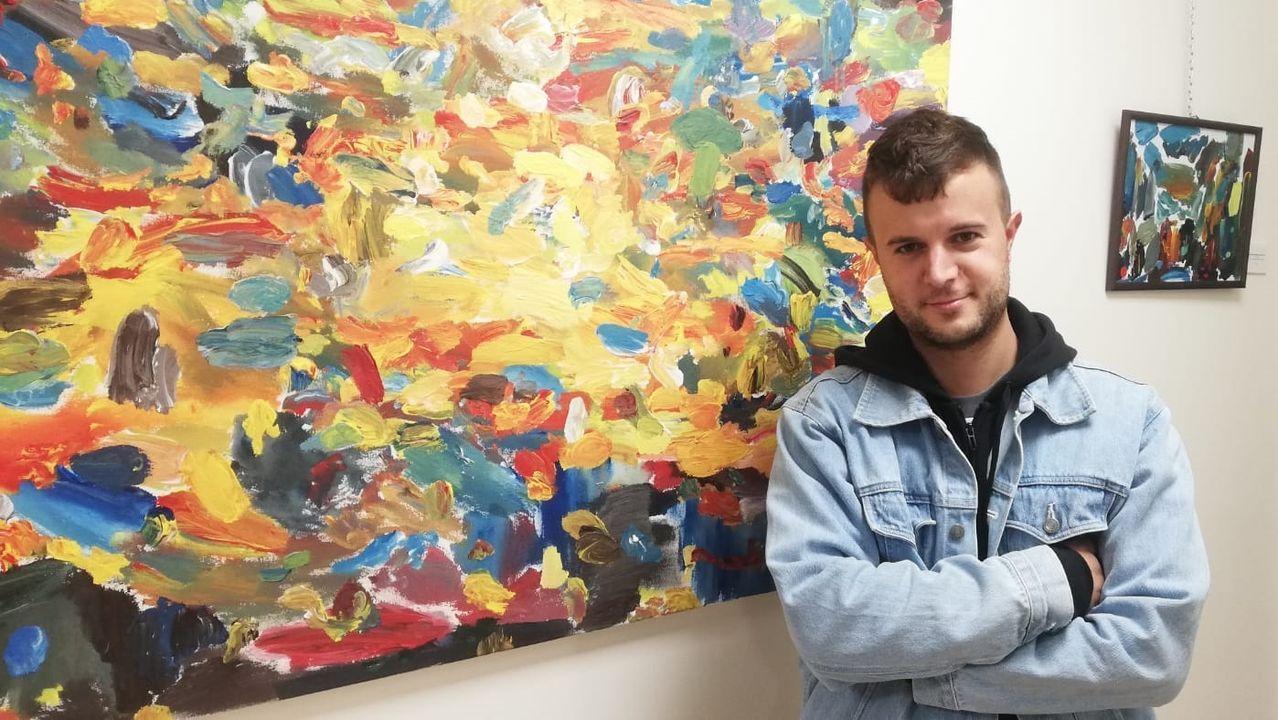 Miguel Tierra con algunas de las obras que conforman su exposición