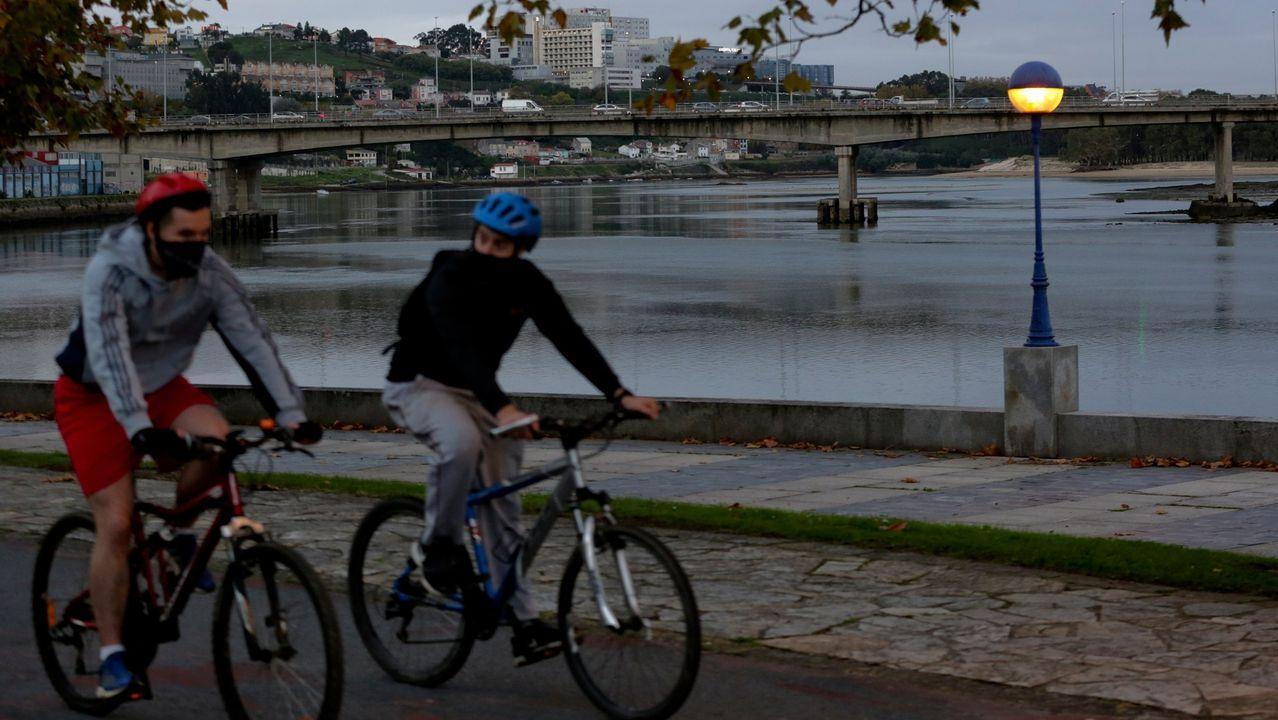 Imagen de archivo de unos ciclistas en el paseo de O Burgo