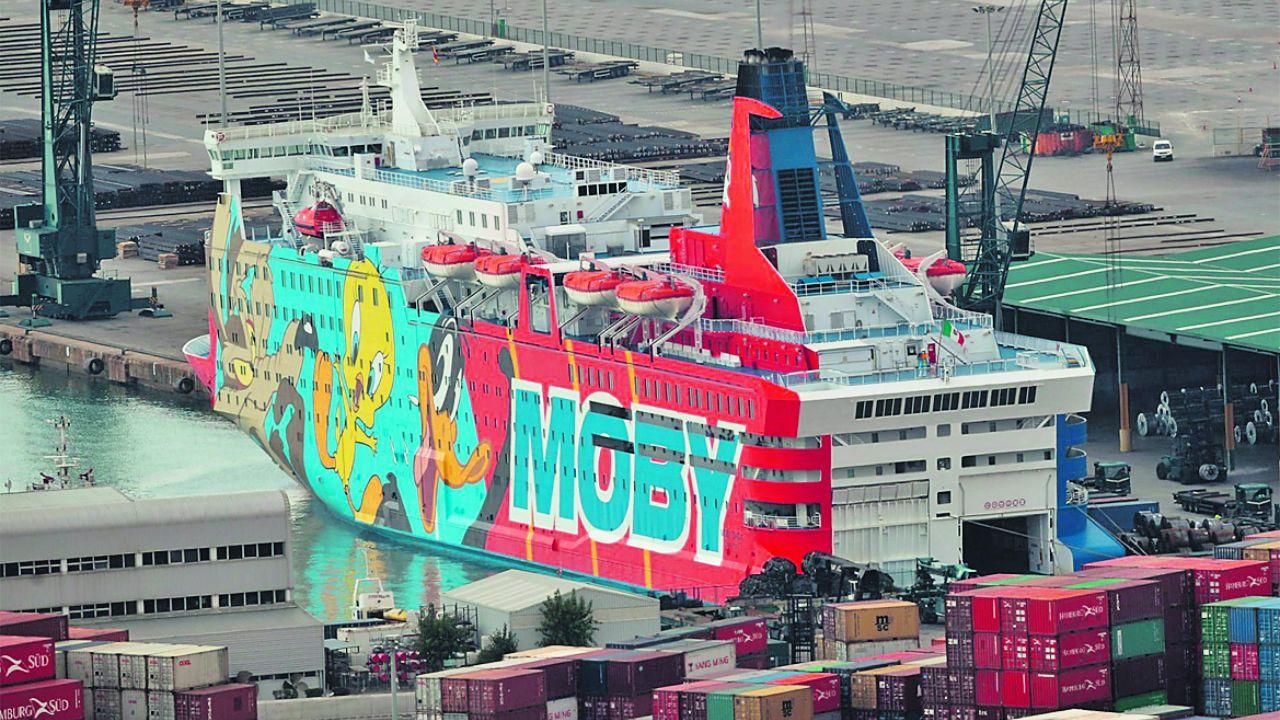 Imagen del «Moby Dada», atracado en el puerto de Barcelona para alojar a los policías
