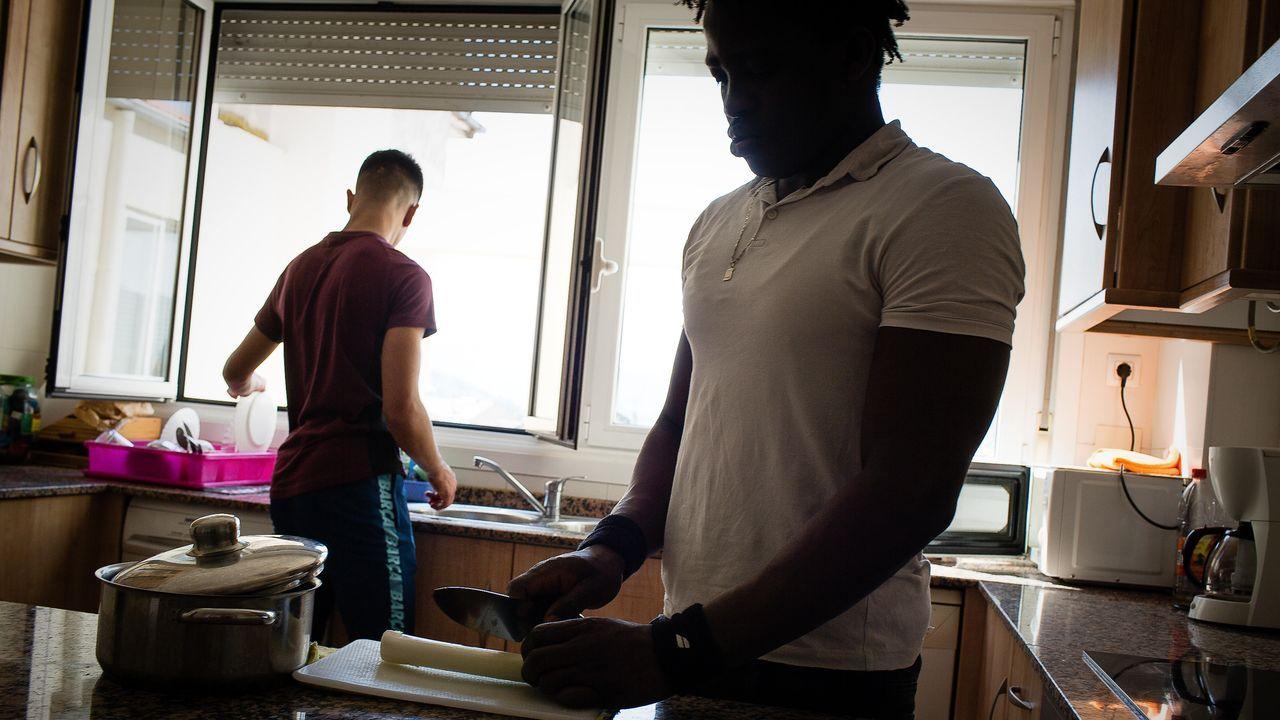 Dos jóvenes extranjeros que llegaron como menores no acompañados, en un piso de protección de Ourense