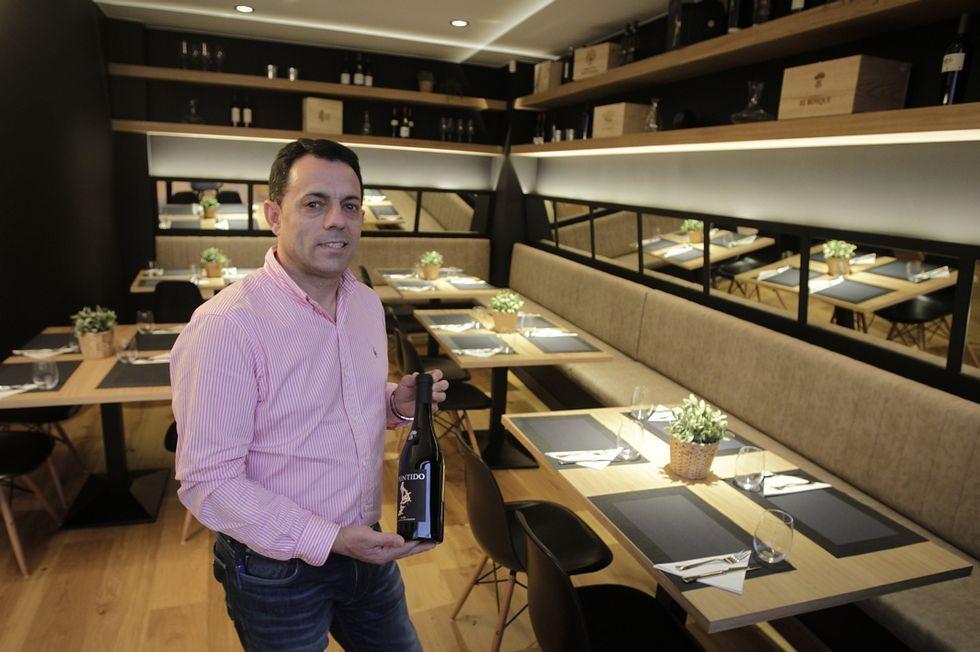 Miguel Ángel inauguró en Pardo Bazán la vinoteca-restaurante Abruilla en homenaje a una piedra percebeira de su tierra.