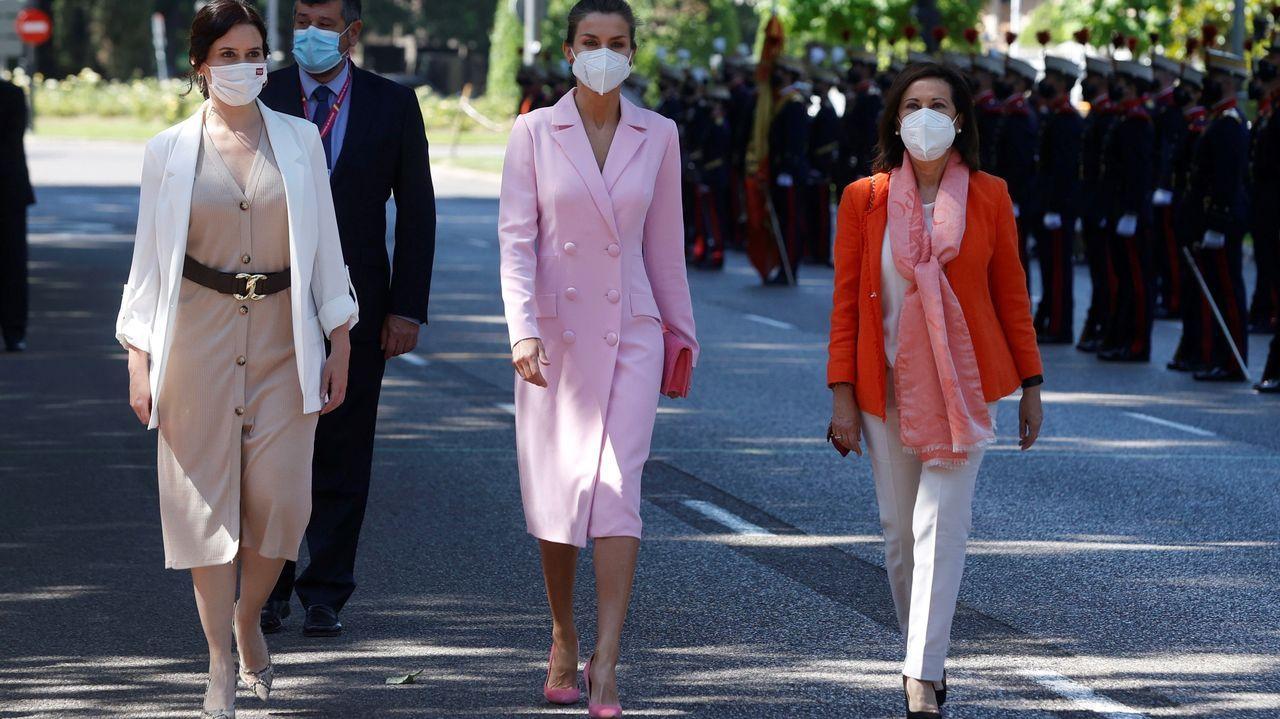 La ministra de Defensa, Margarita Robles (d), junto a la reina Letizia (c) y la presidenta en funciones de la Comunidad de Madrid, Isabel Díaz Ayuso (i)  durante la celebración del Día de las Fuerzas Armadas este sábado en Madrid