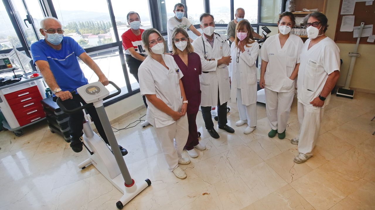Profesionales de las unidades de tabaquismo y de rehabilitación cardíaca junto a unos pacientes.