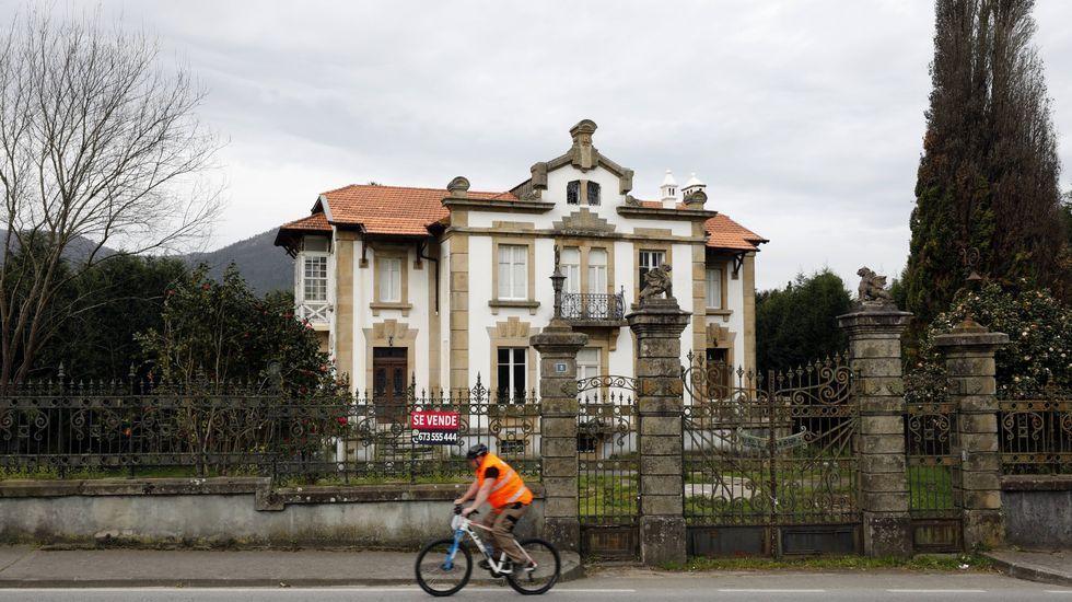 Mansión en Magazos (Viveiro). La casa tiene 753 metros cuadrados construidos y una parcela de 4.287 metros. En Semana Santa formaba parte del stock de viviendas que Aliseda ofertaba en la comarca.