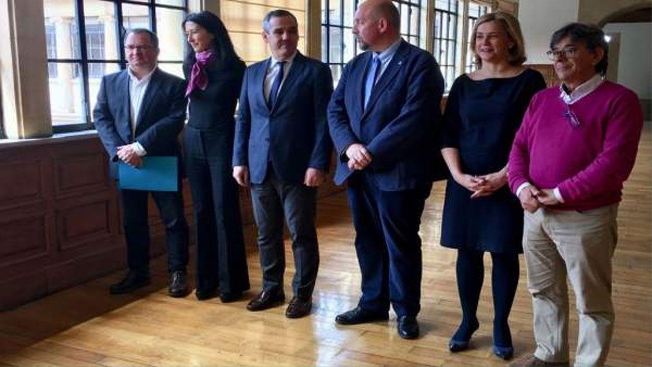 El coro de la Fundación Princesa, de Asturias a Colombia.Araceli Iravedra, segunda por la derecha, durante la presentación del congreso dedicado a Ángel González