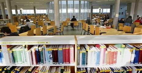 Colas por un empleo en Vigo.En la imagen, alumnos estudiando en la biblioteca universitaria en el campus de Lugo.
