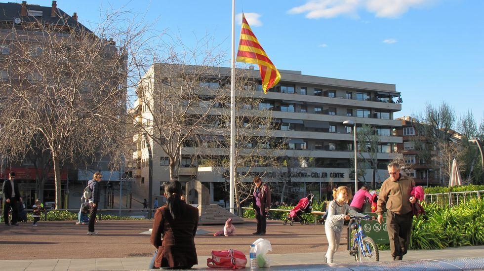 Las banderas del ayuntamiento de Sant Cugat lucían ayer a media asta.