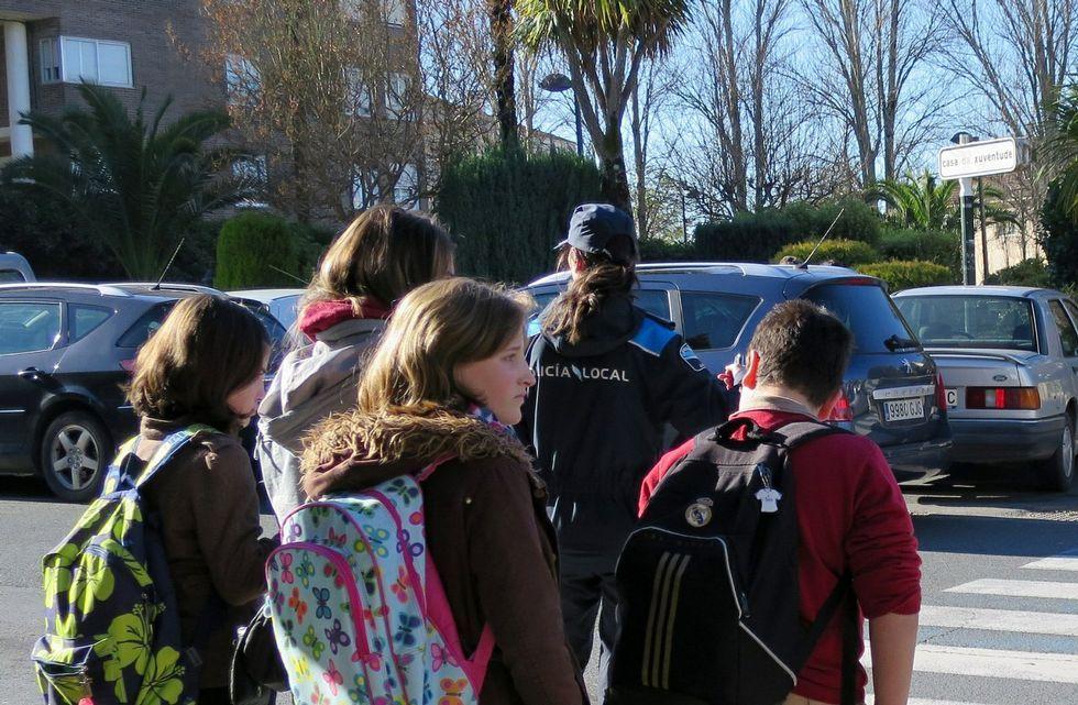 Somos lanza la segunda entrega de #OvetensesDePalo.Alumnos cruzan un paso de peatones, en mitad de coches aparcados, en las inmediaciones de un colegio