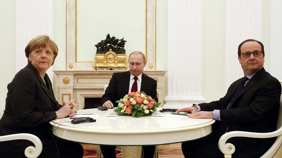 Conmoción por el asesinato a tiros en Moscú del líder opositor Boris Nemtsov.Poroshenko,  con pasaportes rusos en las manos