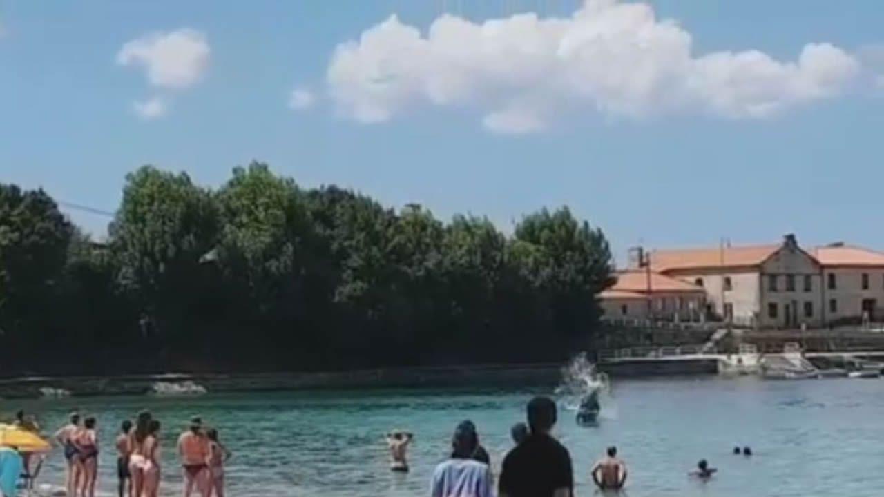 Un arroaz acróbata en una playa en Marín