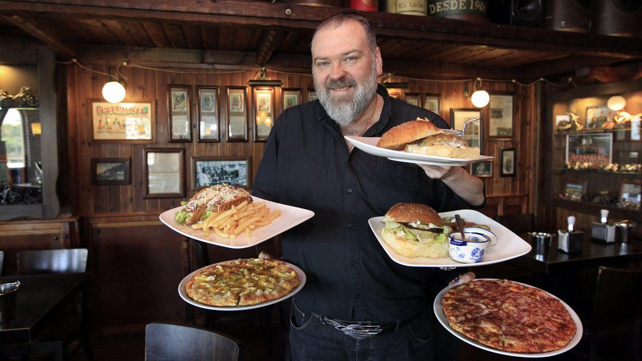 José Manuel Vázquez, Leman, que lleva hasta el puente del Sor pizzas a clientes de O Barqueiro