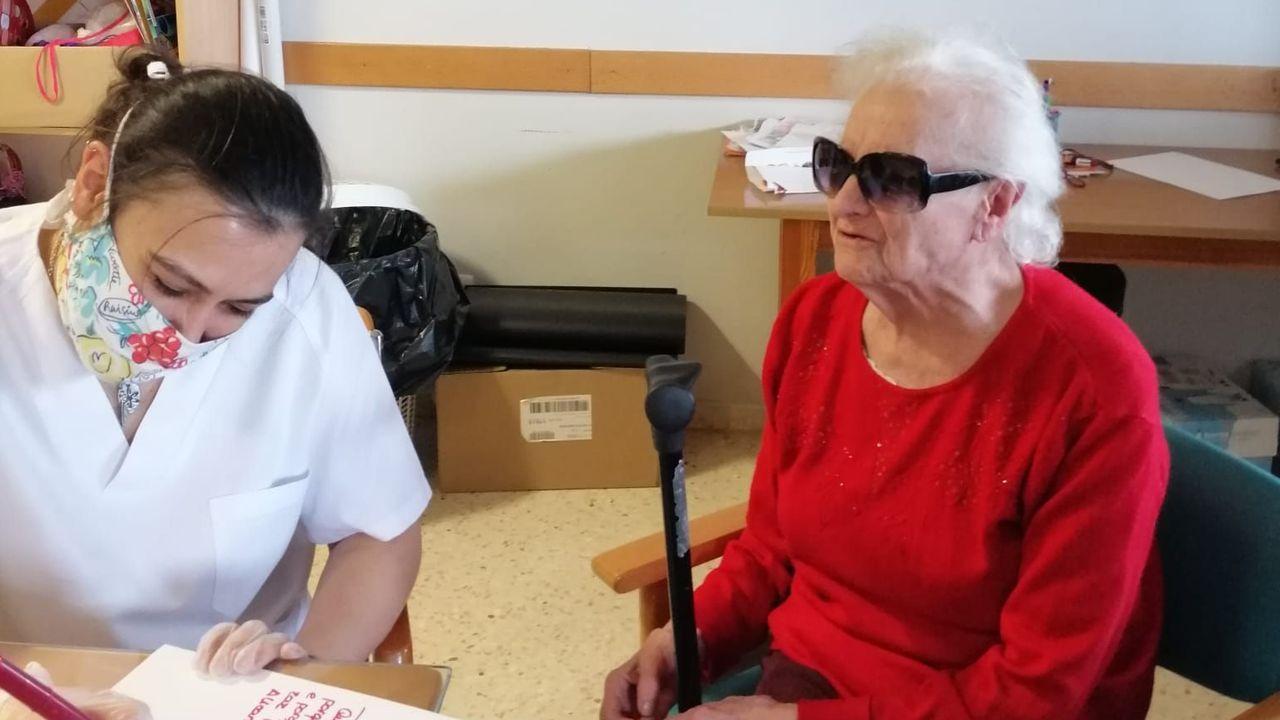 Elena Alcoba Olivera, con una de las trabajadoras de la residencia de mayores de O Incio
