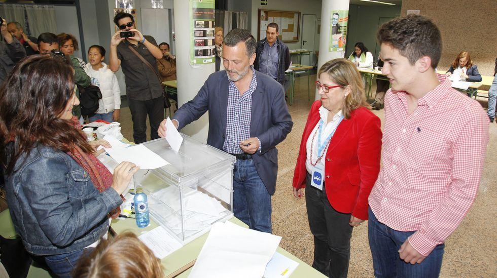 El candidato popular, Agustín Hernández, ha ejercido su derecho a voto en el IES de Pontepedriña pasadas las 12.00 horas.