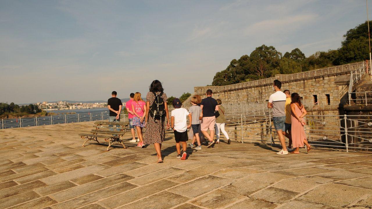 La huella de Antonio Palacios en el área de Vigo.Una familia de turistas portugueses, este verano en el Campo da Compañía, en Monforte