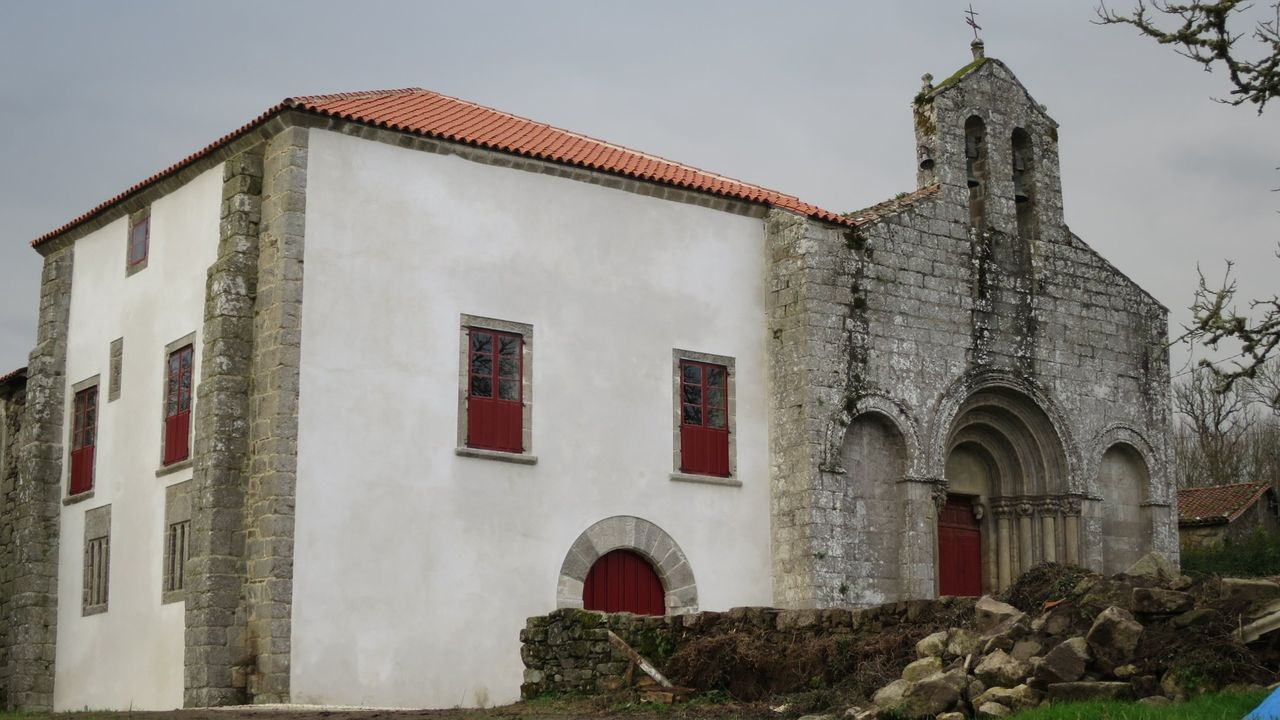 El antiguo palacio obispal adosado a la iglesia románica de San Paio de Diomondi fue restaurado en el 2015 después de haber sufrido un derrumbe en su fachada principal