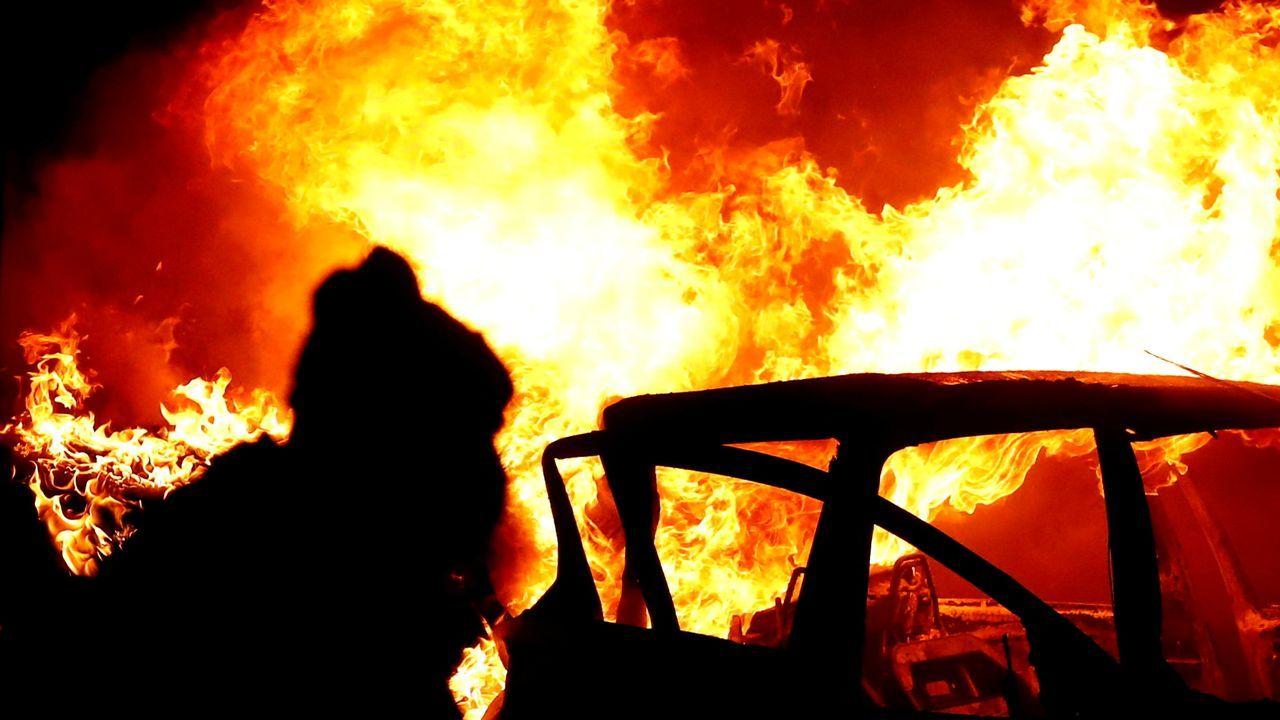 Un coche ardiendo durante los disturbios del miércoles en Belfast