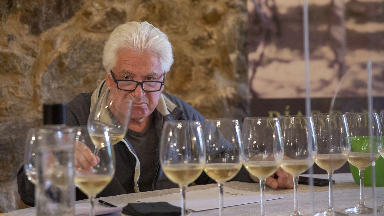 El destilador y brand manager de Aguardientes de Galicia, Miguel Ángel Gómez González, muestra una copa la ginebra con la que la empresa de Vedra conmemora el descubrimiento de Australia por parte de un almirante gallego. A su lado, Almudena López Nieves, responsable de administración, sostiene una botella de Vaez's Land
