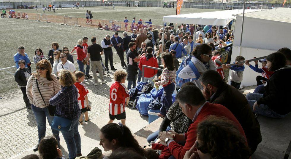 Los Vía Crucis de Viveiro llenan las calles de silencio y devoción.El campo de fútbol cariñés se llena de jueves a domingo, entre las 10.30 y las 20 horas.