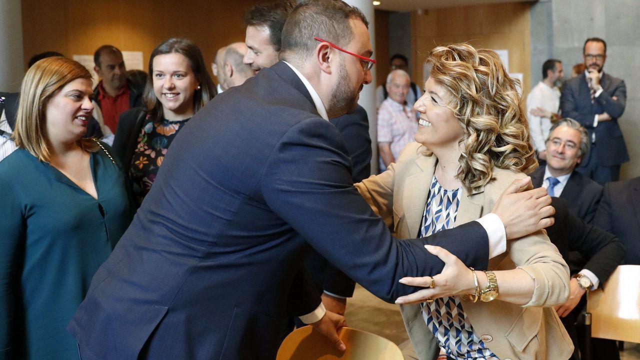 El secretario general de la FSA y candidato a la Presidencia del Principado, Adrián Barbón (i) y la cabeza de lista del PP en Asturias, Teresa Mallada (d), se saludan en la Junta Electoral Provincial, antes de recoger su acta de diputados de la Junta General del Principado.