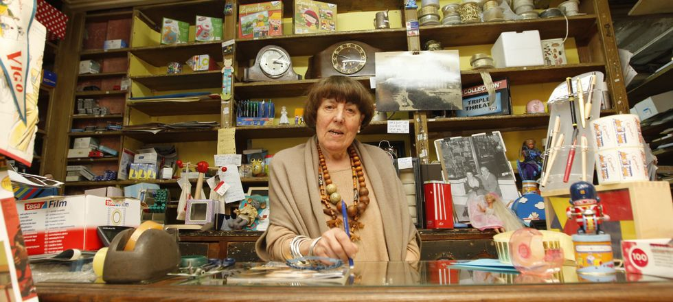 Quinita Mur, nuera del fundador, relevó a su marido hace 20 años en la tienda llena de recuerdos que para ella es como su casa.