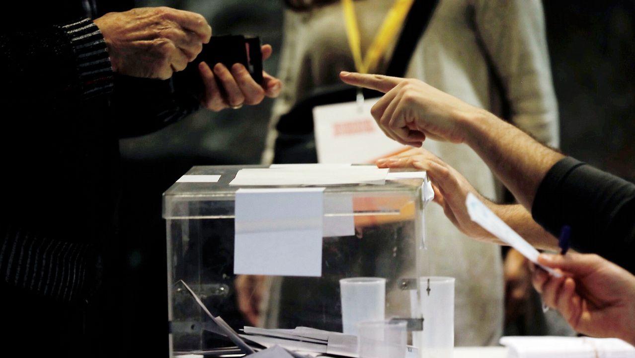 Un ciudadano busca su documentación para acreditarse antes de votar