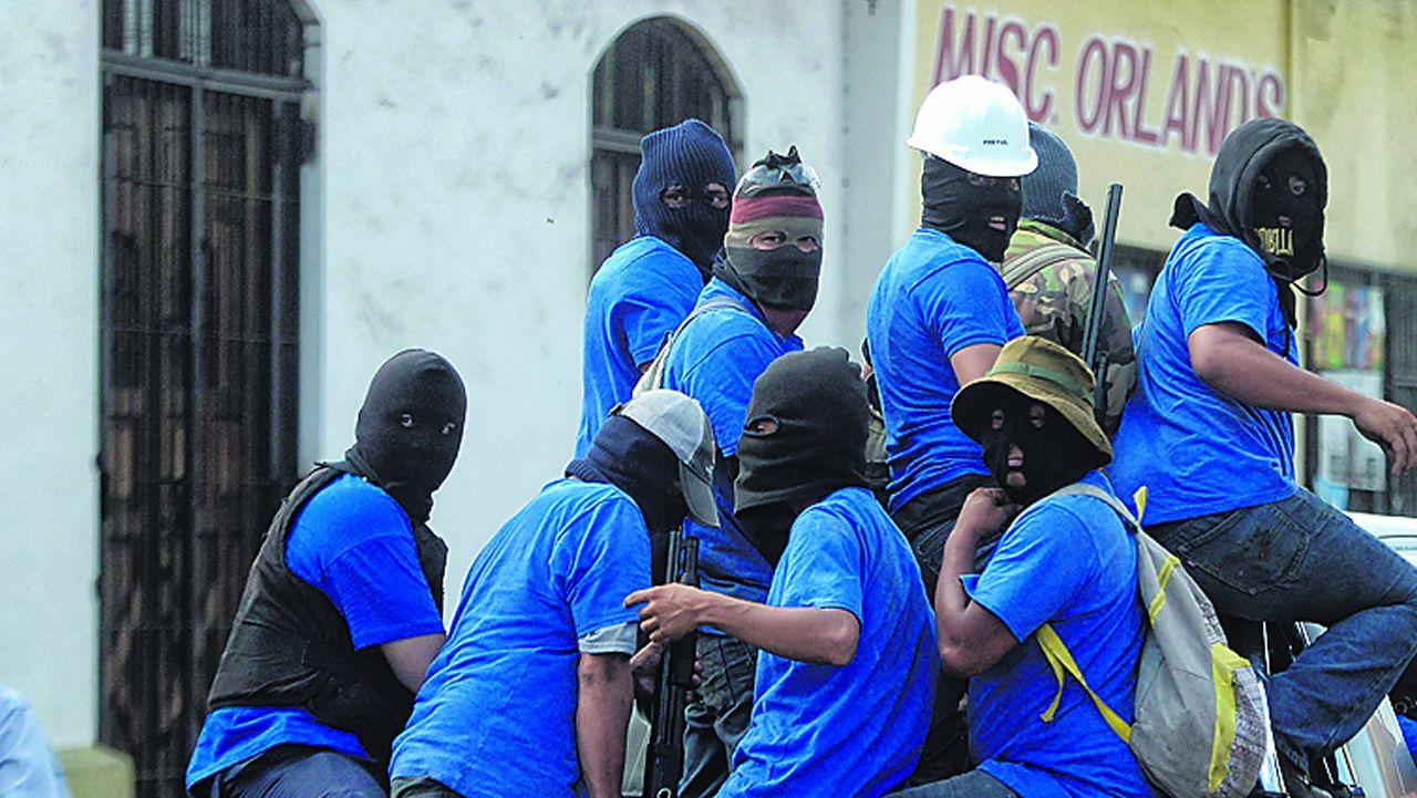 Grupos armados a bordo de camionetas sometieon a tiros a los opositores atrincherados en el barrio de Moninbó