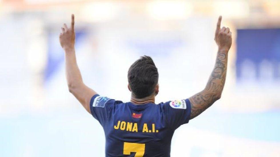 Un grupo de pasajeros consulta los vuelos en el Aeropuerto de Asturias.Jona celebra un gol con el UCAM