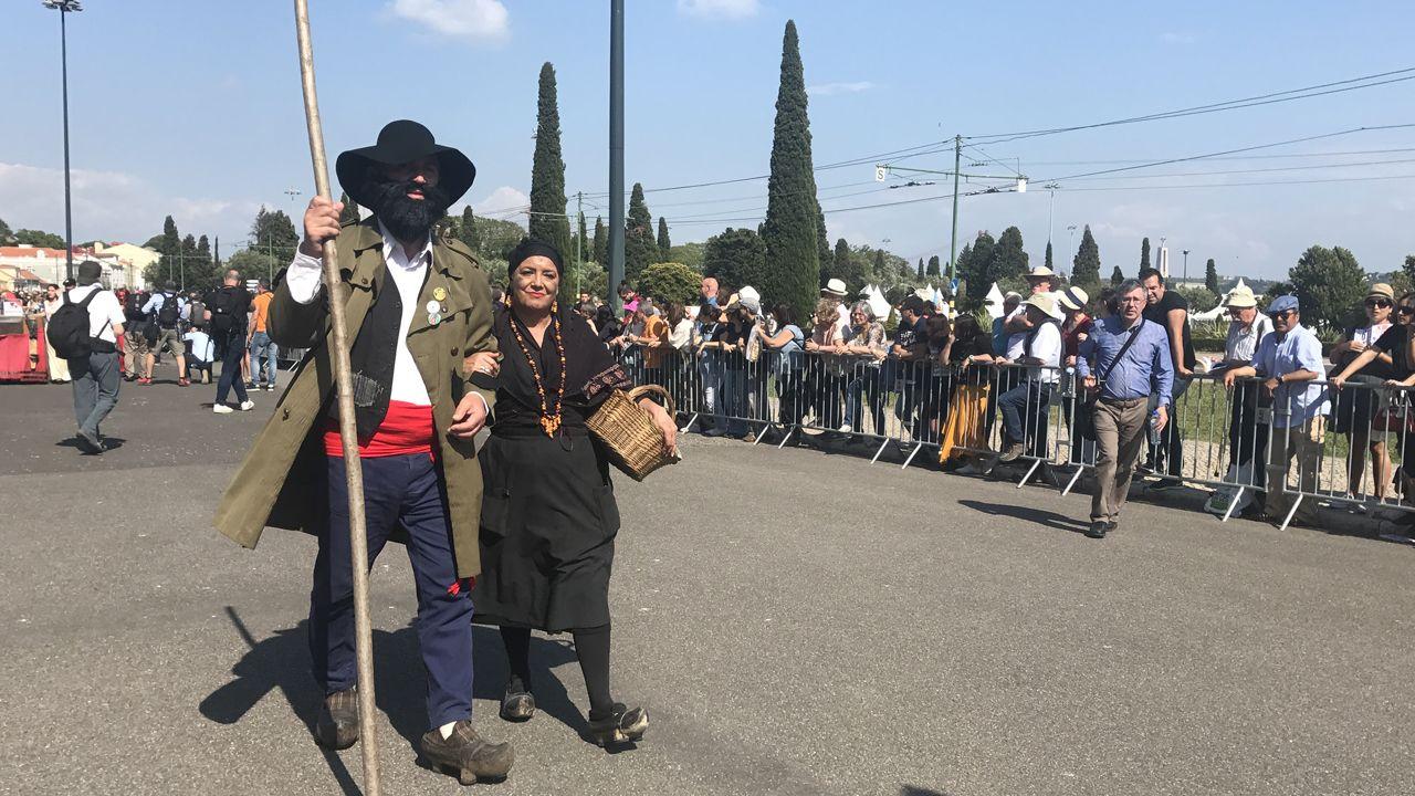 Dos de los personajes de les comedies de Valdesoto durante el desfile de la Máscara Ibérica en Belem