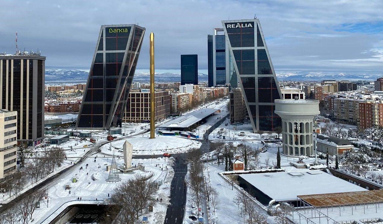 Imagen de la plaza de Castilla y el paseo de la Castellana en Madrid tras la nevada