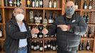 José Luis García Pando y Lucas Mondelo, brindando con una copa de Valdeorras