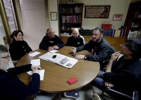 Os participantes no encontro sectorial sobre cultura na delegación de La Voz de Galicia. De esquerda        a dereita: Cristina Pato, Xavier Paz, Diego González, Manuel Precedo e Rosendo Cid.