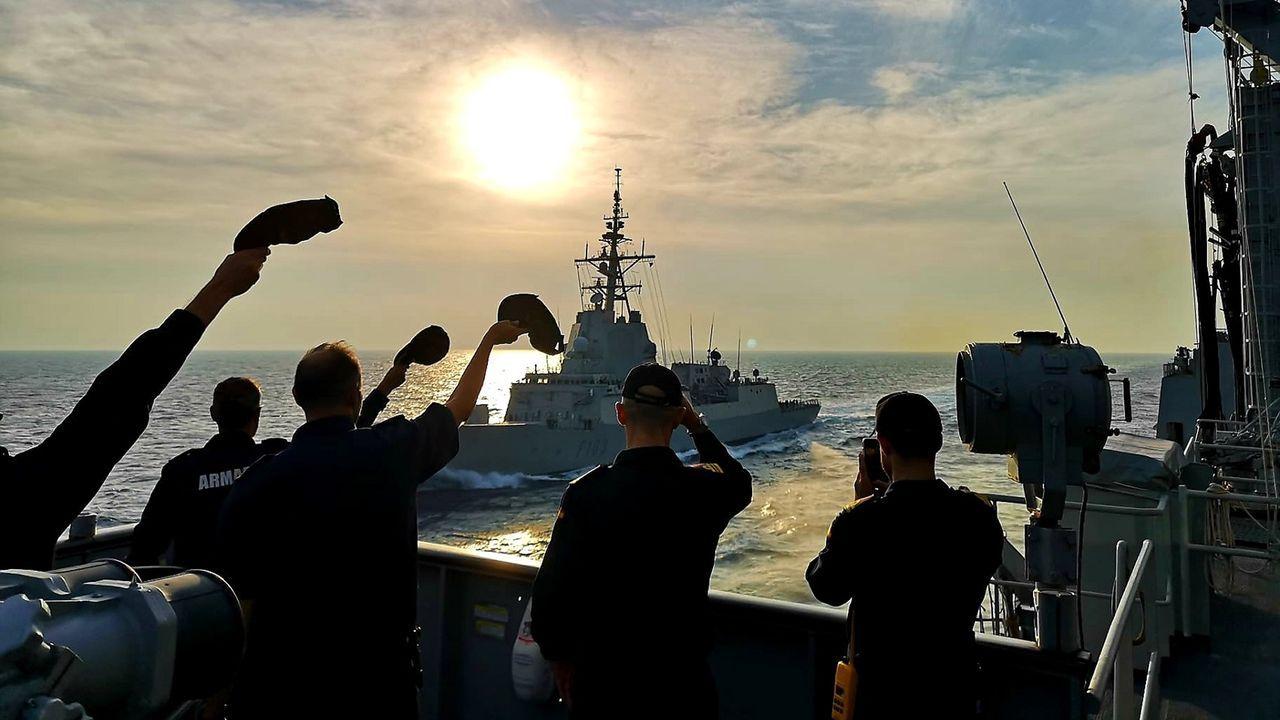 La dotación del Patiño, que operó con la misma agrupación naval, se despide del buque