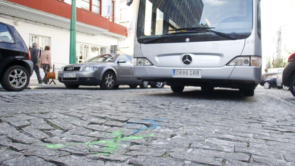 Marcas pintadas en el pavimento hundido del Callao, que soporta a diario tráfico pesado