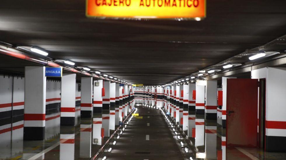 Inundación en el parking de Los Cantones, en A Coruña. Los vehículos fueron desalojados.