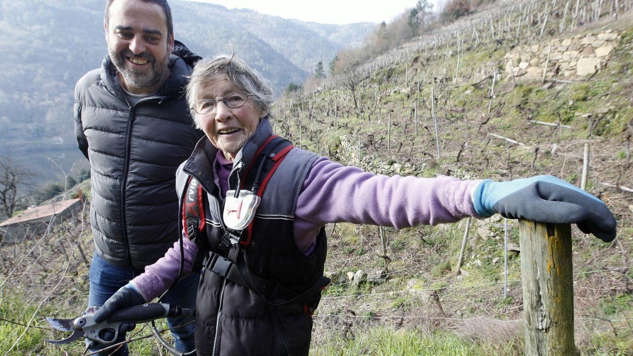 Esther Teijeiro, viticultora ecológica de Chantada, con su nieto el enólogo Roberto Regal