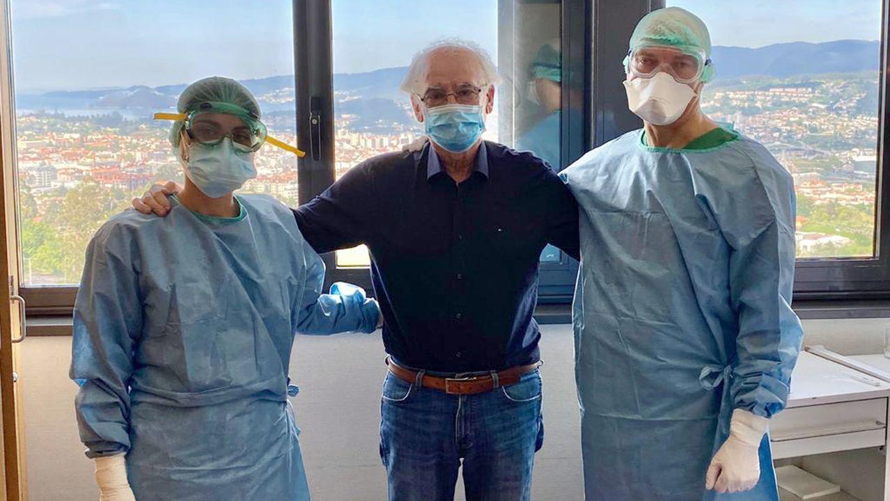 Valentín Otero, en el centro, vecino de Meis, recibió el alta este martes en Montecelo tras pasar 12 días grave en la uci y después en planta