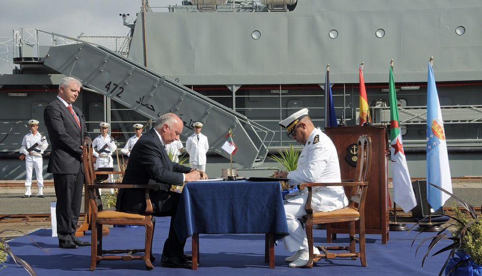 El director de Reparaciones de la ría firmó el acta de entrega con un representante de la Marina argelina.