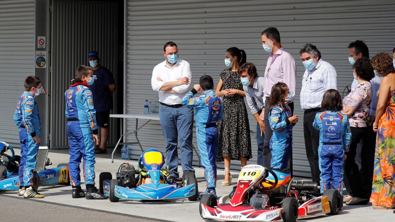 Los reyes Felipe (4i) y Letizia (2i), junto al piloto español de Fórmula 1 Fernando Alonso (3i), el ministro de Cultura y Deporte, José Manuel Rodríguez Uribes (4d), y el presidente del Principado de Asturias, Adrián Barbón (i), durante su visita al Museo y Circuito Fernando Alonso