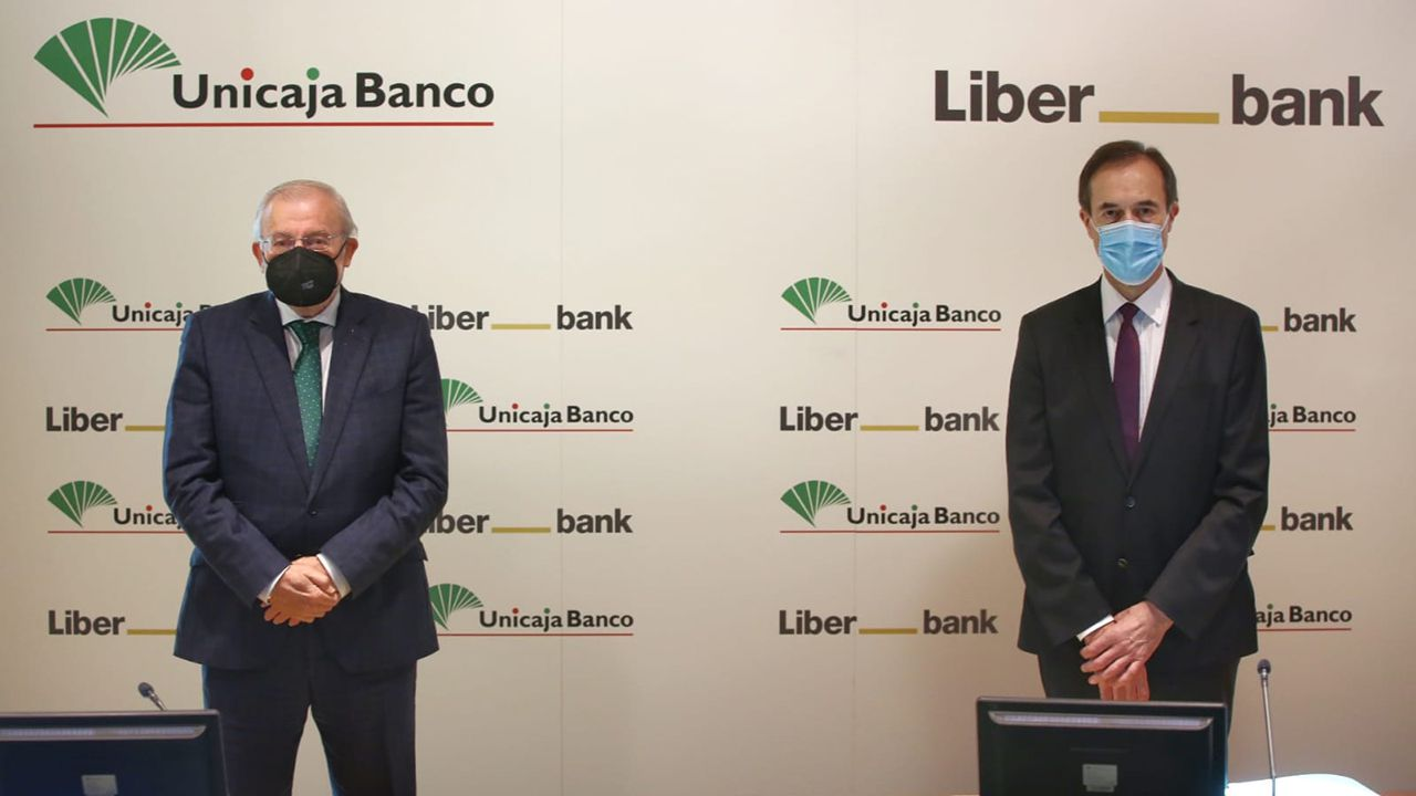 Manuel Azuaga y Manuel Menéndez en la presentación de la fusión entre Liberbank y Unicaja