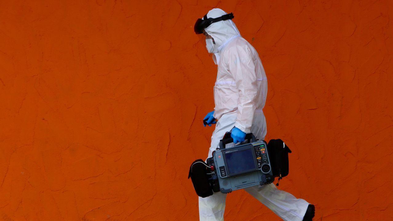 Día del trabajador marcado por el coronavirus en Vigo.Un equipo de neurocirugía operando a un paciente infectado con SARS-CoV-2