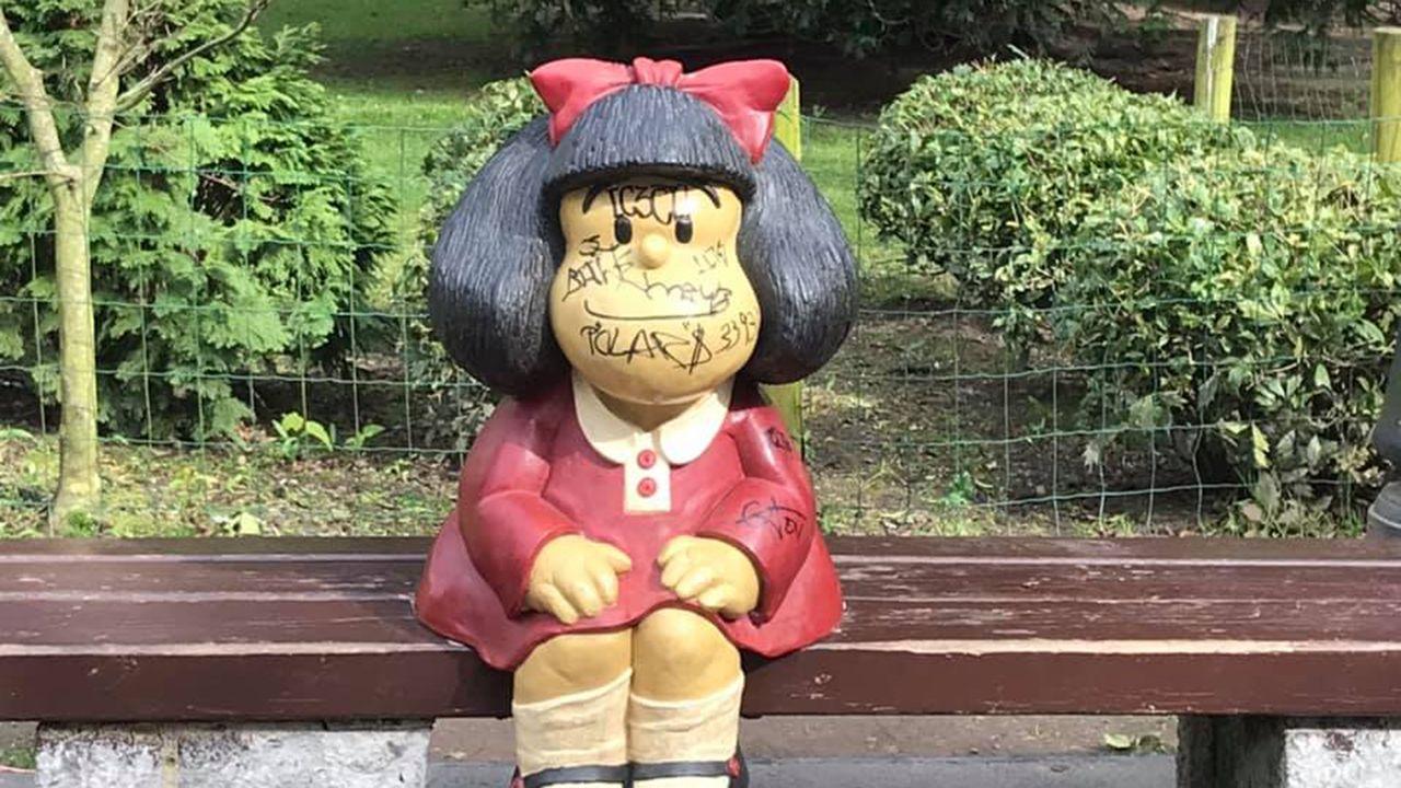 Quema de contenedores en la Sagrada Familia.La estatua de Mafalda, llena de pintadas