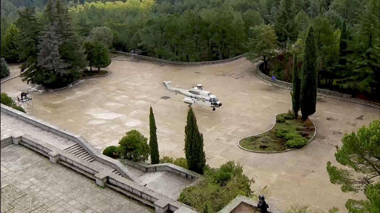 Un helicóptero llegando al mausoleo